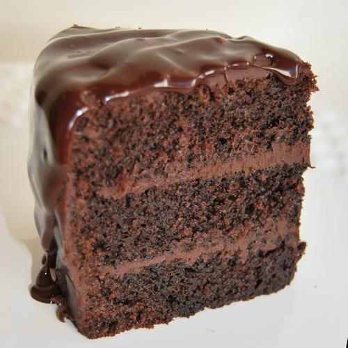 Bolo de Rico de ChocolateOutro clássico, o bolo rico de chocolate feito com chocolate belga de excelente qualidade de marca callebaut. O bolo perfeito para qualquer chocoholic!